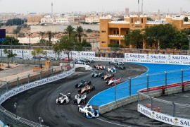 RIYADH STREET CIRCUIT, SAUDI ARABIA - DECEMBER 15: Antonio Felix da Costa (PRT), BMW I Andretti Motorsports, BMW iFE.18 leads Sébastien Buemi (CHE), Nissan e.Dam, Nissan IMO1 and Jose Maria Lopez (ARG), GEOX Dragon Racing, Penske EV-3 at the start during the Ad Diriyah E-prix at Riyadh Street Circuit on December 15, 2018 in Riyadh Street Circuit, Saudi Arabia. (Photo by Sam Bloxham / LAT Images)
